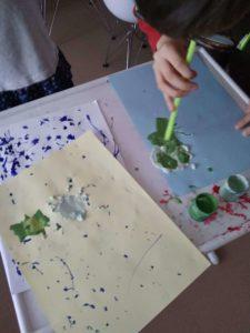 Dziecko rozdmuchowuje farbkę