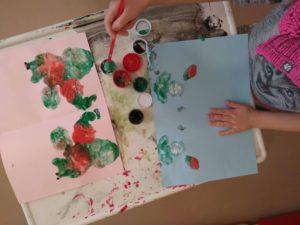 Zabawy dla dzieci z kolorowymi kleksami.