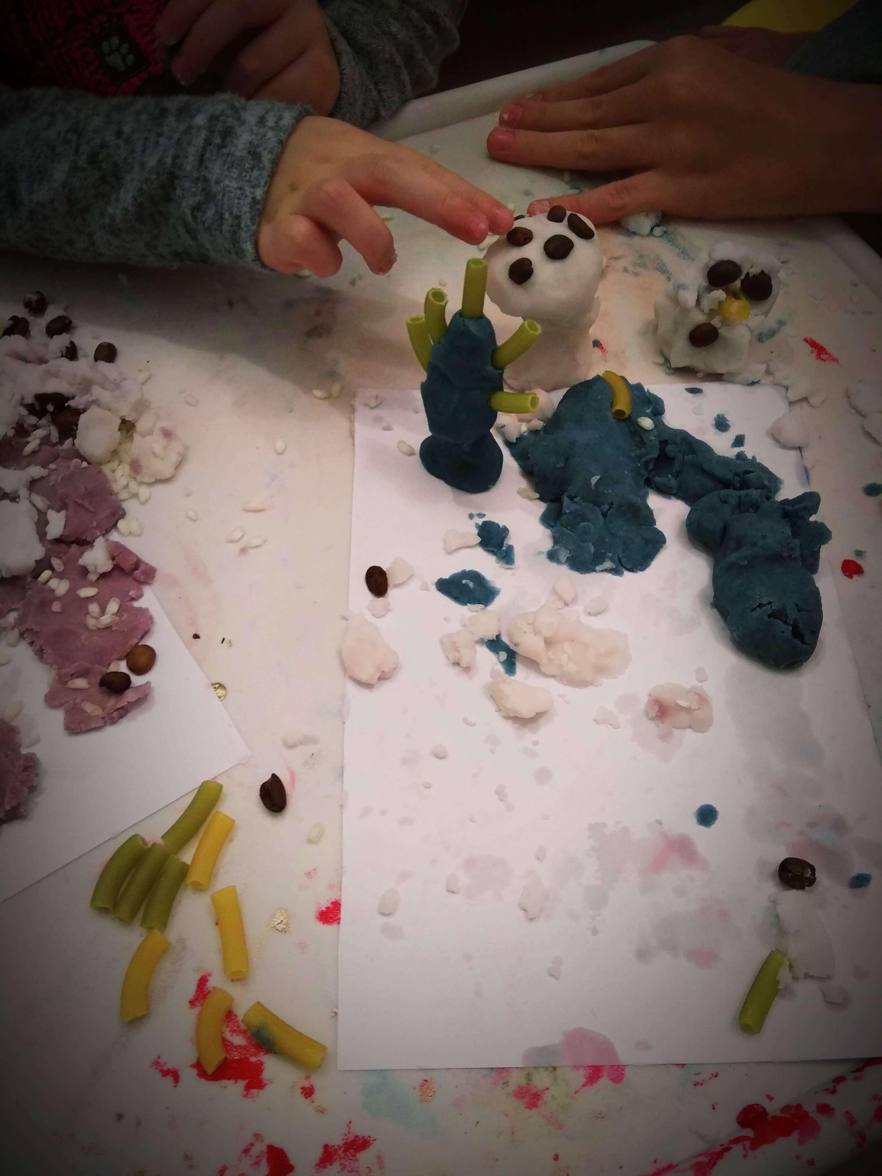Zabawy dla dzieci z kolorowymi masami do lepienia