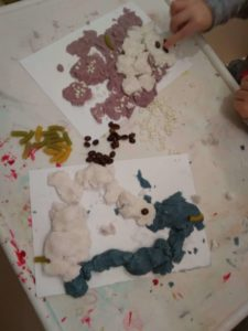 Zabawy dla dzieci z kolorowymi masami do lepienia.