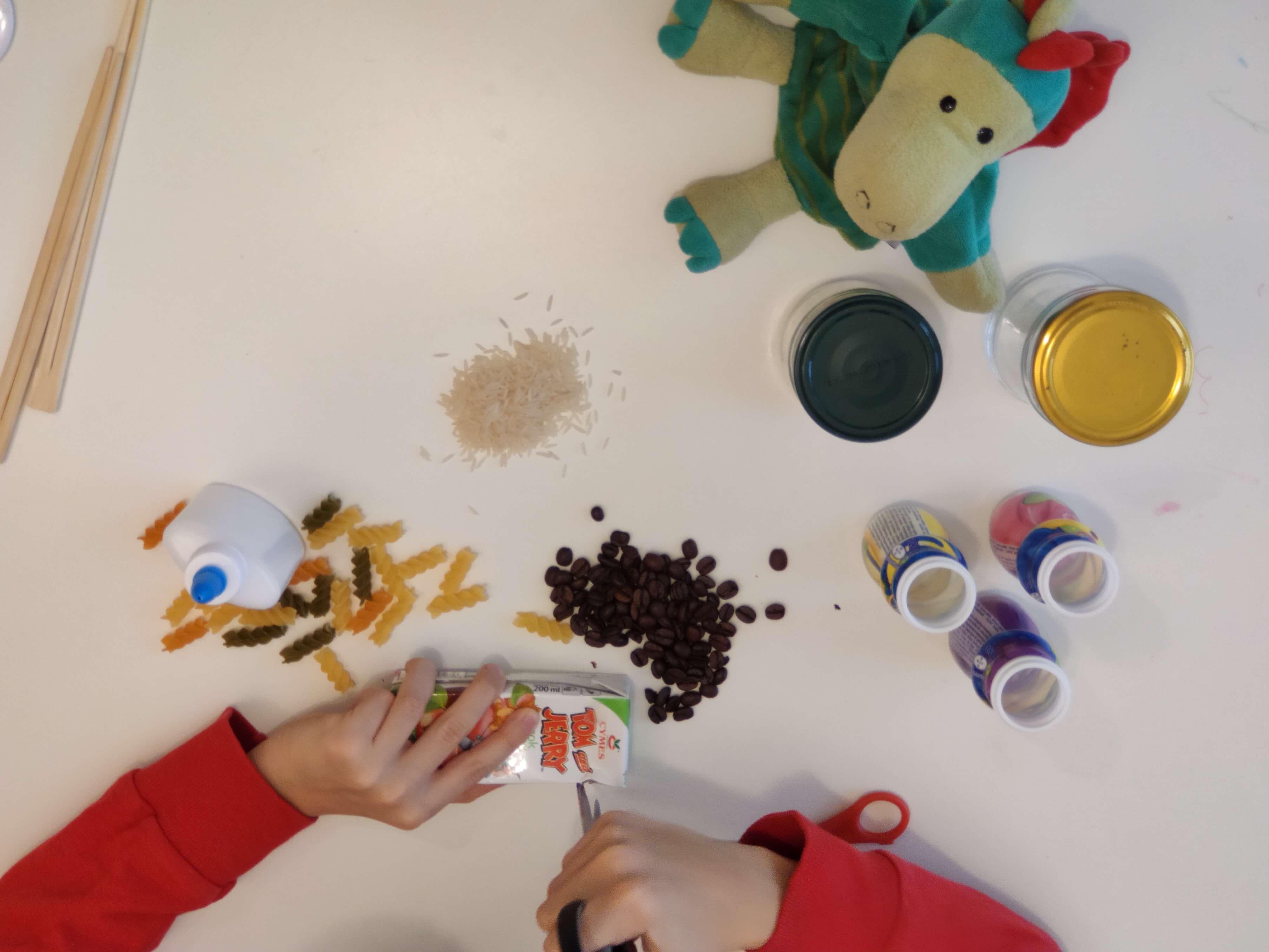 Przygotowanie grzechotek do zabaw z dźwiękiem dla dzieci (fot. Marta Uszko-Baraniak).