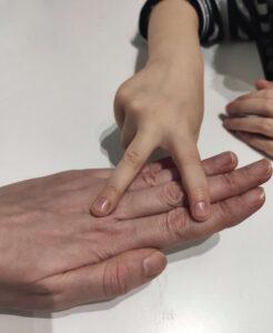 dłoń jako papier i nożyce